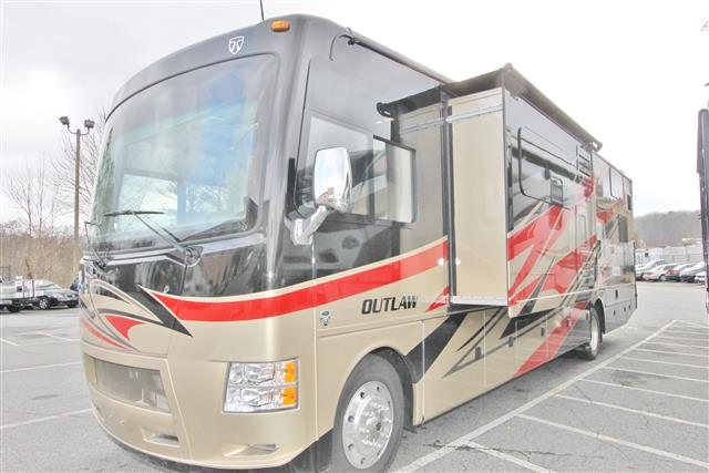 2015 THOR MOTOR COACH Outlaw