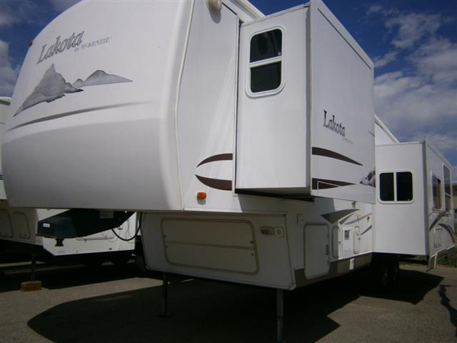 Used 2005 Mckenzie Towables Lakota 30RKD Fifth Wheel For Sale