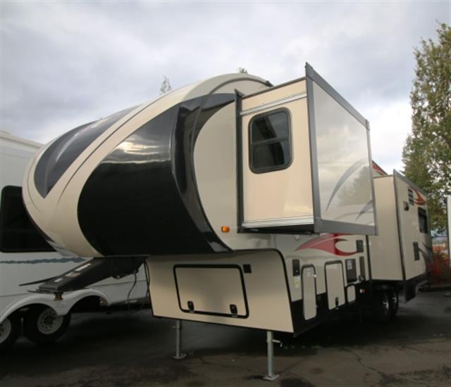 Used 2015 Winnebago Voyager 29FWRSS Fifth Wheel For Sale