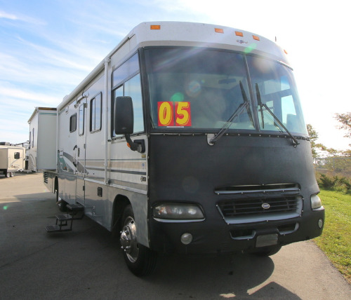 Exterior : 2004-WINNEBAGO-35U-FORD