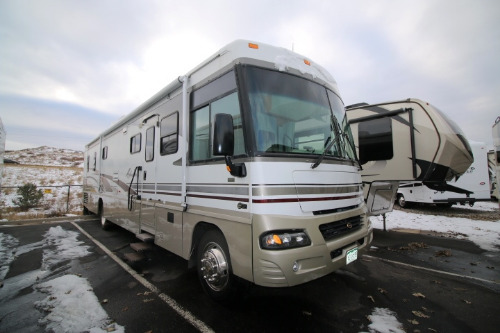 Living Room : 2004-WINNEBAGO-38G-WORKHORSE